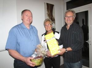 Natürlich gab es auch ein Geschenk für das ausscheidende Gemeinderatsmitglied Adolf Fischerkeller