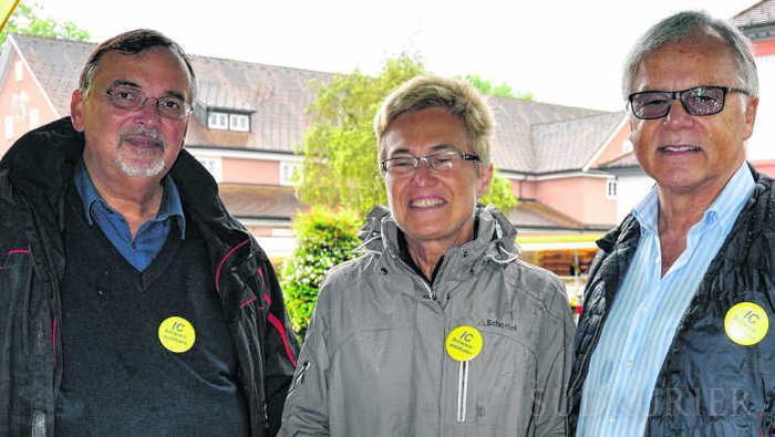 Der FDP Kreisverband Schwarzwald-Baar setzt sich für die IC Schwarzwaldbahn Fernverbindung ein. Hans Buddeberg, Andrea Kanold und Erich W. Burrer sammeln hierfür auf dem Bad Dürrheimer Wochenmarkt Unterschriften. Bild: Kurz